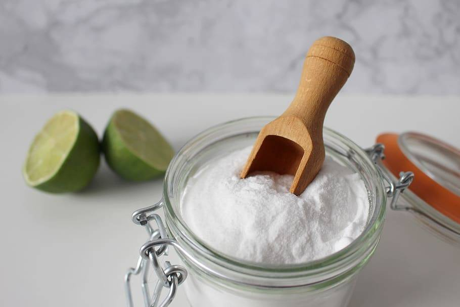 pot of baking soda and limes